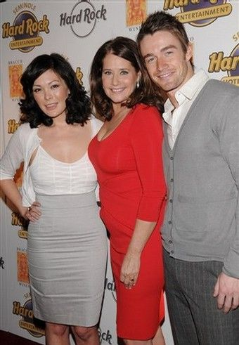 Lindsay Price  and Robert Buckley