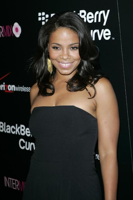 Sanaa Lathan - New Blackberry 8330 Pink Curve, 27.08.2008.