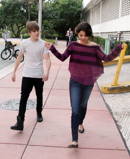 Justin Bieber and Selena Gomez Selena Gomez and Justin Bieber - Miami Beach - 2010-12-18