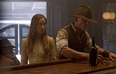 Cowboys & Aliens Olivia Wilde as Ella and Daniel Craig as Jake Lonergan in Universal Pictures' Cowboys and Aliens.
