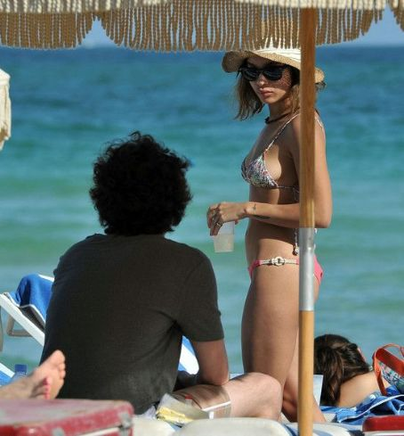 Zoë Kravitz - Penn Badgley And Zoe Kravtiz Enjoying A Day At The Beach In Miami