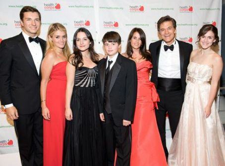 Daphne Oz  with her Husband John Jovanovic, father Dr. Oz and family