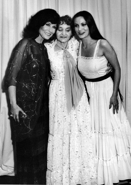 Crystal Gayle Loretta Lynn (left), her mother Clara Webb Butcher and her sister  smile for a photo at the 1980 CMA Awards in California