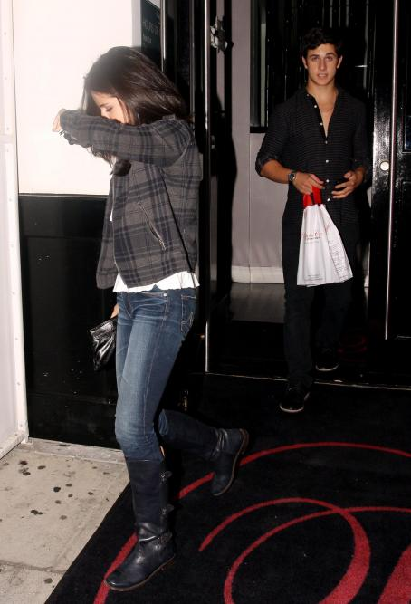 David Henry - Selena Gomez - Leaving A Restaurant With Her Boyfriend David Henrie In Beverly Hills - August 27, 2010