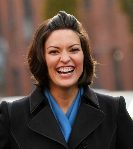 "Alana De La Garza - The Cast Of ""Law and Order: Los Angeles"" Serves Meals To The Homeless (Mar 26, 2011)"