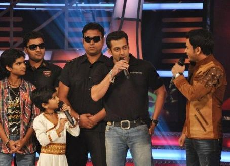 Bodyguard - Salman Khan On The Sets Of Sa Re Ga Ma Pa Lil Champs