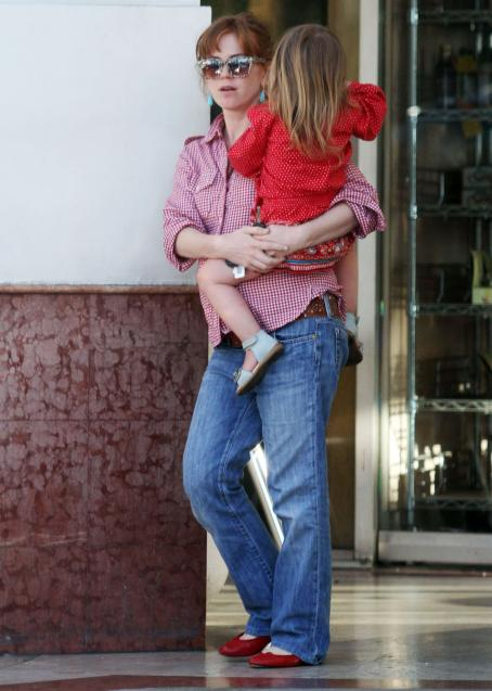 Isla Fisher - Takes Daughter Out For Some Icecream In Studio City, 2010-04-19