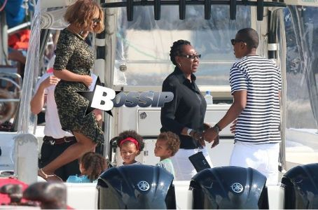 Carter Candids: Beyonce Shares More Pics From Paris Museum Visit With Blue Ivy & Hubby Hov