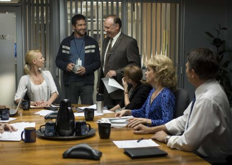 Bree Turner (l to r) Katherine Heigl, Gerard Butler, Nick Searcy, , Cheryl Hines and John Michael Higgins in Columbia Pictures' comedy THE UGLY TRUTH. Photo By: Saeed Adyani. © 2009 Columbia Pictures Industries, Inc. All rights reserved.