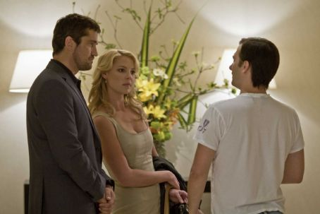 Gerard Butler and Katherine Heigl - (l to r) Gerard Butler, Katherine Heigl and Director Robert Luketic on the set of Columbia Pictures' comedy THE UGLY TRUTH. Photo By: Saeed Adyani. © 2009 Columbia Pictures Industries, Inc. All rights reserved.